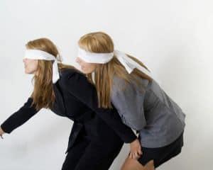 Bandeau sur les yeux pour un défi rigolo ! Les mariés le releveront-ils ?